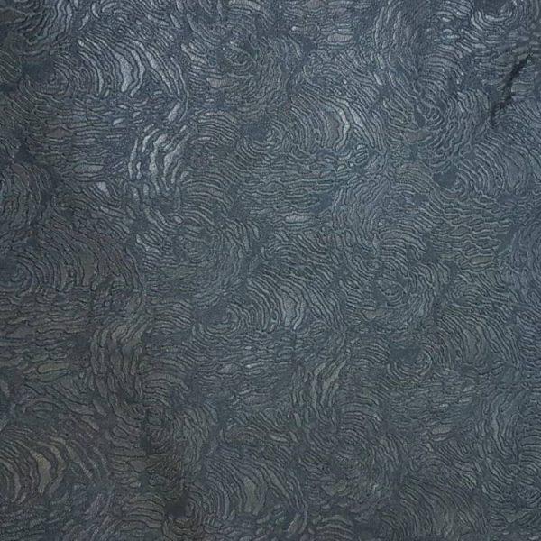 détail du cuir d'agneau noir frappé de motifs arabesques