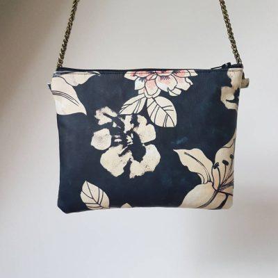 sac à main pochette en cuir imprimé fleurs tropicales et suedine bleue
