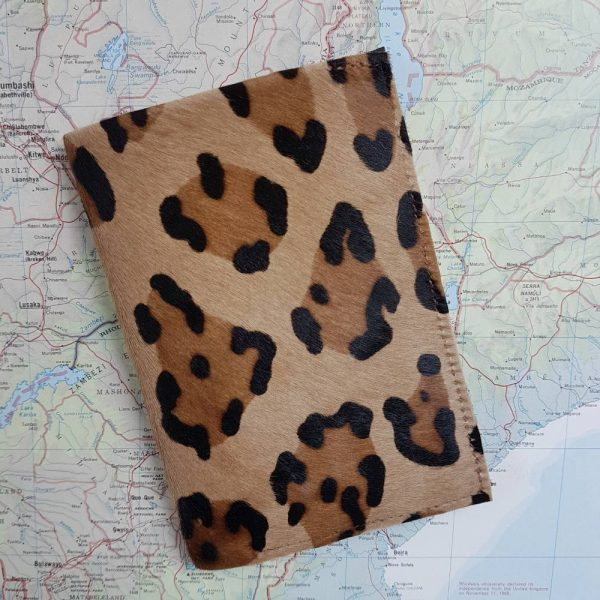 Porte passeport en cuir pony hair léopard