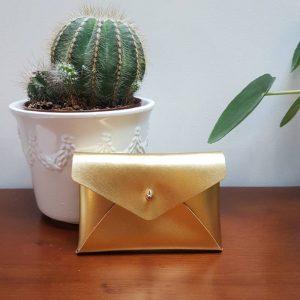 Pochette enveloppe en cuir or