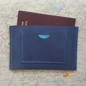 Etui protège passeport en cuir bleu cousu main au point sellier