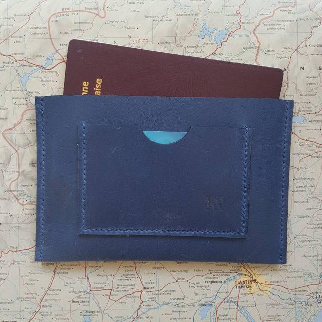 Etui protège passeport en cuir bleu cousu main au point sellier