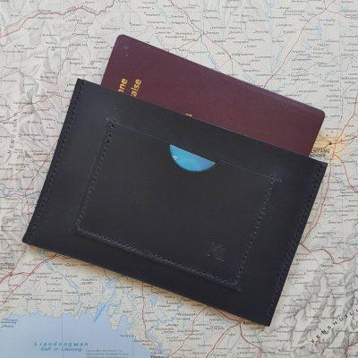 Etui protège passeport en cuir noir cousu main au point sellier