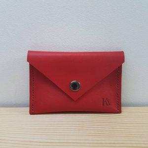 Mini pochette en cuir rouge pour ranger carte bancaire ou monnaie.