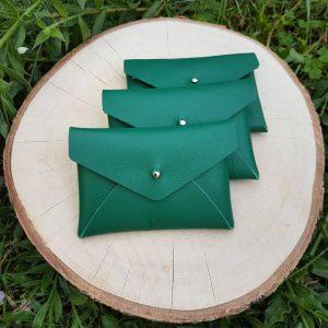 De petites pochettes en cuir vert pour suivre la tendance